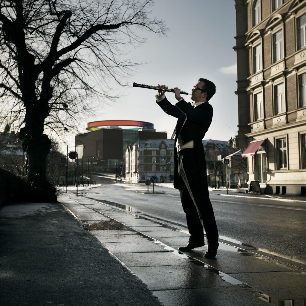 En mand (Oliver Nordahl) som spiller solo obo i aarhus foran aros, som solist